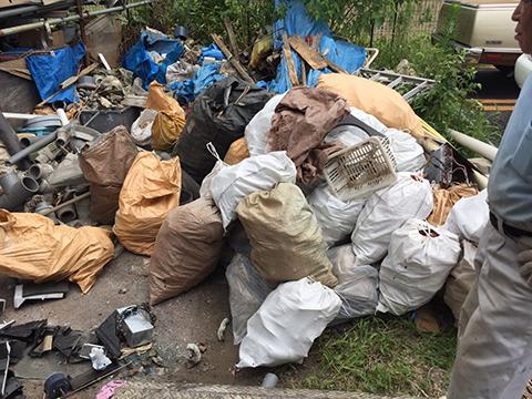 山と積まれた廃棄物
