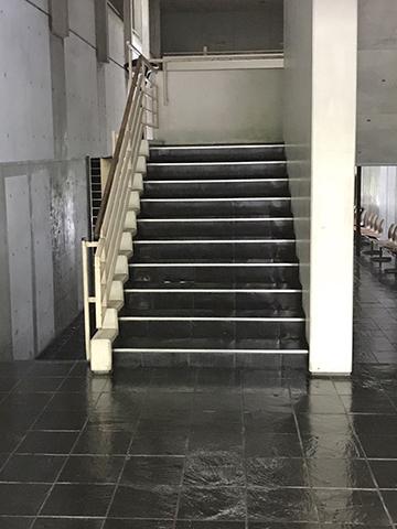 建物内から部屋までの階段