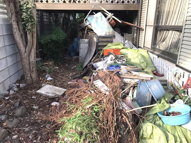 廃棄物があふれる庭