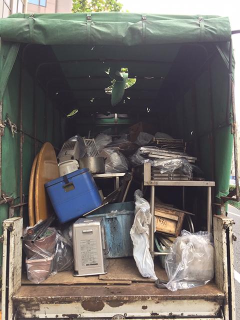 トラックに積まれた回収物