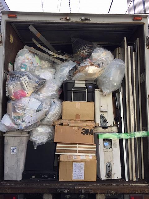 トラックにきっちり詰め込んだ荷物
