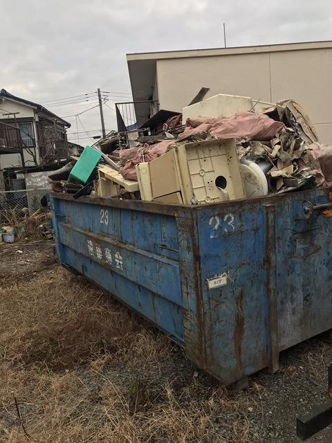 コンテナに積み込んだ廃棄物